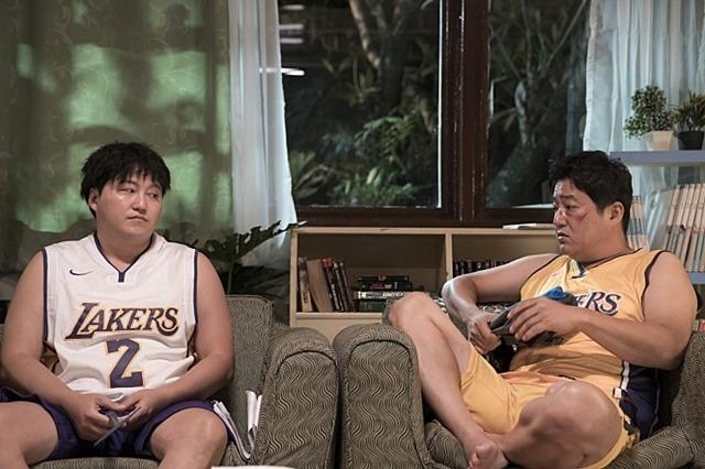 곽도원 김대명은 구수한 충청도 사투리로 웃음을 자극한다. /쇼박스 제공