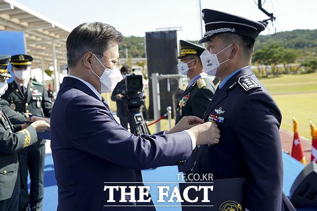 전경석 공군 제8전투비행단 부단장에게 보국훈장 삼일장을 수여하는 문재인 대통령(왼쪽)