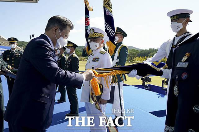 해군작전사령부에 대통령 부대표창을 수여하는 문재인 대통령(왼쪽)