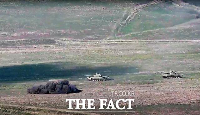 아르메니아 국방부가 27일 공개한 아르메니아군이 나고르노-카라바흐 공화국 접경선에서 아제르바이잔 전차를 파괴하는 모습. / AP.뉴시스