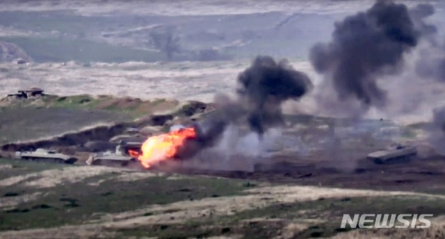 아르메니아 국방부가 27일 공개한 영상에서 아르메니아군이 아제르바이잔 군 차량을 파괴하고 있다.  아르메니아와 아제르바이잔의 분리주의 지역인 나가르노·카라바흐 주변에서 전투가 벌어졌으며 아르메니아 국방부는 아제르바이잔 헬기 2대가 격추됐다고 밝혔다.  슈샨 스테판얀 국방부 대변인도 아르메니아군이 아제르바이잔 탱크 3대를 공격했다고 밝혔다.  /아르메니아=AP.뉴시스