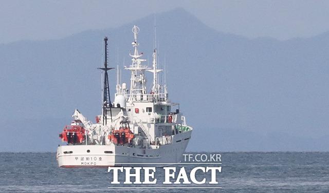 24일 인천시 옹진군 연평도 해상에 정박된 실종 공무원이 탑승했던 어업지도선 무궁화 10호. / 뉴시스