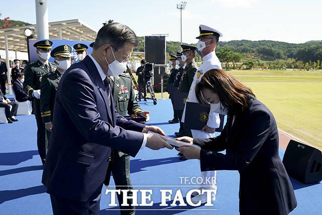 김은경 국방부 4급 서기관에게 대통령 표창을 수여하는 문재인 대통령(왼쪽)