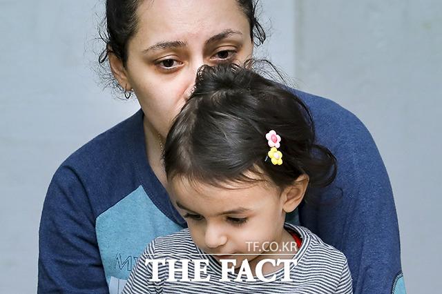 아르메니아 외무부가 27일(현지시간) 공개한 이 사진에는 나고르노-카라바흐 공화국 스테파나케르트에서 한 모녀가 방공호로 대피해 아제르바이잔의 포격을 피하고 있다. / AP.뉴시스