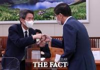 [TF포토] 주먹인사 나누는 이인영-김홍걸