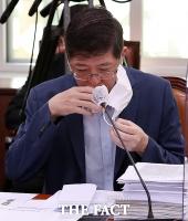 [TF포토] 물 마시는 김홍걸