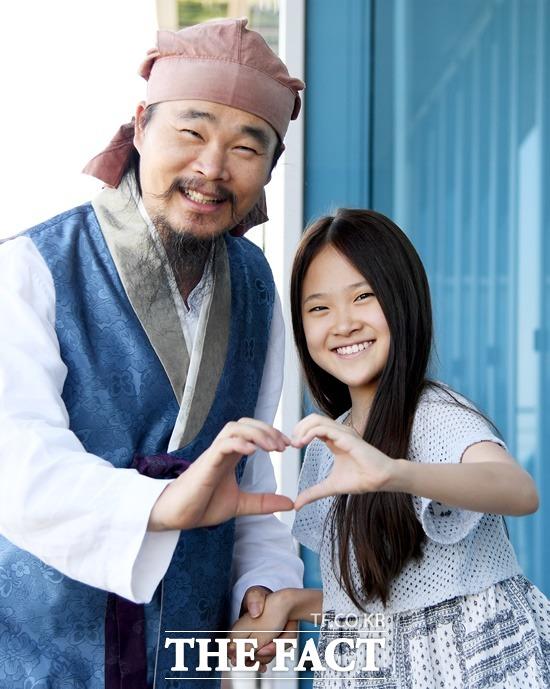 방송인 아빠가 그림자처럼.  아버지 김봉곤은 보이스트롯 3라운드 당시 천년바위가 지정곡으로 선곡되자 지체없이 딸 다현이를 데리고 강화도 마니산 정상에 올랐다. /이새롬 기자