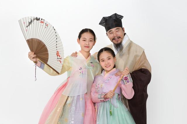 김다현은 초등학교 1학년 때부터 아버지 김봉곤 훈장과 언니 도현 양과 함께 전국 5일장 순회 국악 버스킹을 펼쳤다. 2018년부터는 김봉곤과 청학동 국악자매라는 이름으로 전국 투어 복자선콘서트를 펼쳤다. /김봉곤 제공