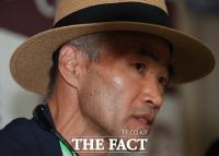 [TF포토] 외신기자 질의에 답하는 북한군 피살 공무원 형 이래진 씨