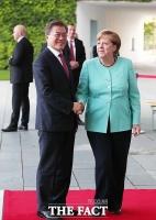 文대통령, 메르켈 총리와 통화…'코로나·유명희' 등 논의