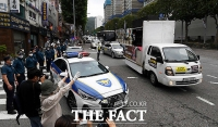 [TF사진관] 조국 전 장관 집 앞 '드라이브 스루 집회'