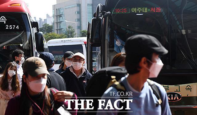추석 연휴 마지막 날인 4일 오전 귀경길에 오른 시민들이 서울 서초구 서울고속버스터미널에서 하차를 하고 있다. /이효균 기자