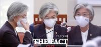 [TF사진관] 강경화 장관, '남편 미국 출국' 논란으로 긴장된 국정감사