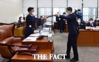 [TF포토] 선서문 제출하는 박능후 장관
