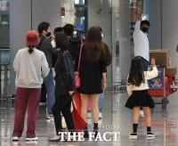 [TF사진관] '가깝지만 먼 당신'…가족들과 거리두고 인사하는 김광현