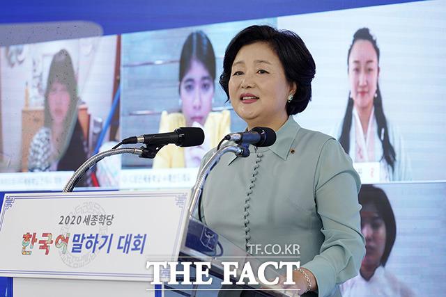 김정숙 여사가 8일 오후 서울 용산구 국립한글박물관에서 열린 2020 세종학당 한국어 말하기 대회에 참석해 축사를 하고 있다./청와대 제공