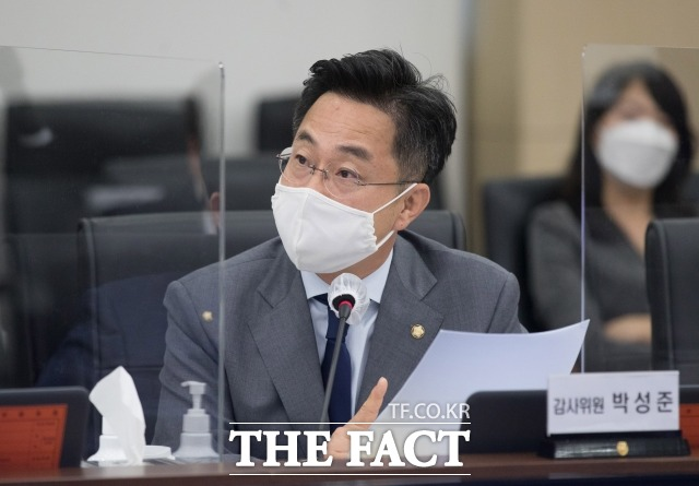 박성준 민주당 의원은 군사안보정책의 중요성을 설명하면서 역사 공부를 강조했다. 지난 8일 합동참모본부에서 열린 국회 국방위원회 국정감사에서 질의하는 박 의원. /남윤호 기자