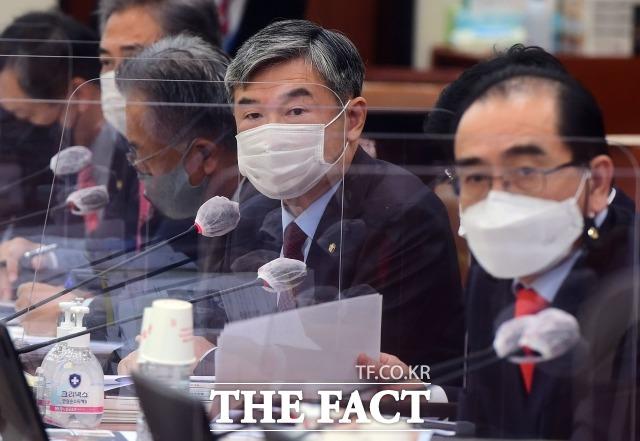 조성길 전 대사대리가 한국에 있다는 사실이 알려지면서 야당은 정치적 의도를 의심했다. 지난 8일 통일부 등에 대한 국정감사에서 질의하는 조태용(가운데) 국민의힘 의원. /이새롬 기자