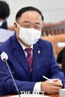 [TF사진관] 국감 도중 미소짓는 홍남기 경제부총리