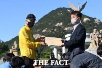 [TF사진관] '북한 피격 사망 공무원 아들의 자필 편지'…청와대에 전달