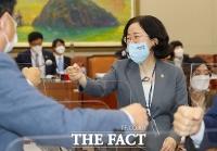 [TF사진관] 국감장서 주먹인사하는 조성욱 공정거래위원장
