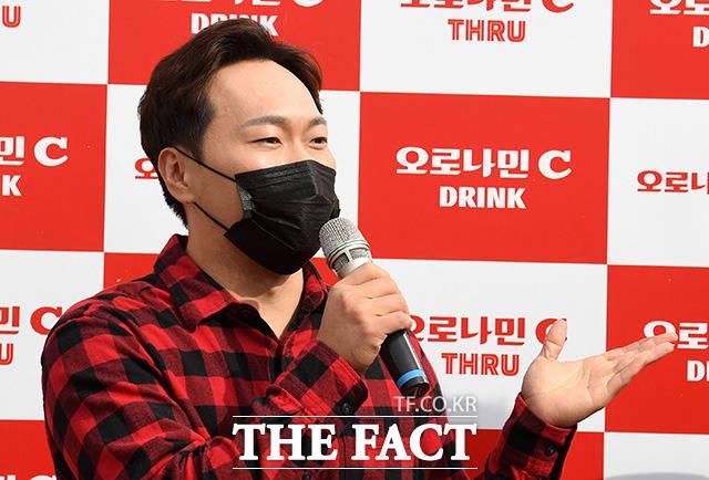 오로나민C 스루 시상식에 시상자로 나온 배우 송진우.