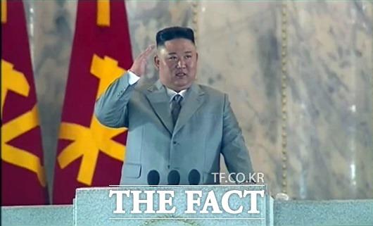 북한이 노동당 창건 75주년 기념 열병식에서 거수경례를 하는 김정은 국무위원장. /뉴시스(조선중앙TV 캡처)