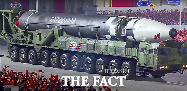 북한 조선중앙TV가 10일 오후 방송한 노동당 창건 75주년 경축 열병식에서 신형 대륙간탄도미사일(ICBM)이 공개되고 있다. /뉴시스 (조선중앙TV 캡처)