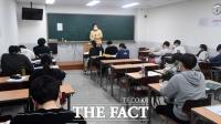 [TF사진관] '사회적거리두기 완화'…대면수업 진행하는 학원가