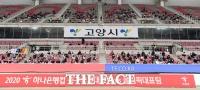 [TF포토] 거리두기 하며 경기 지켜보는 관중들