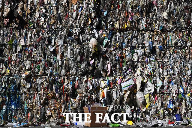 처리되는 양보다 수거되어 쌓이는 양이 더 많은 재활용 쓰레기.