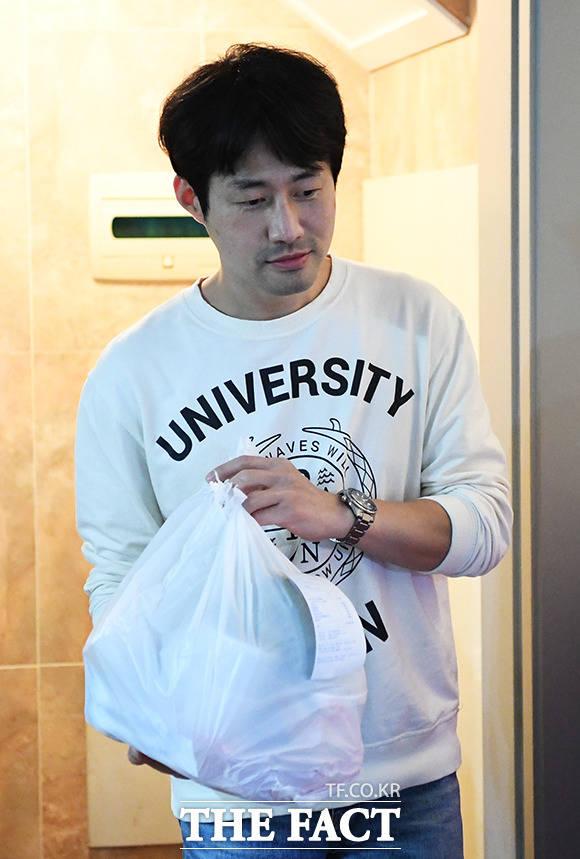 배달 앱으로 2인분의 식사를 주문한 김 씨.