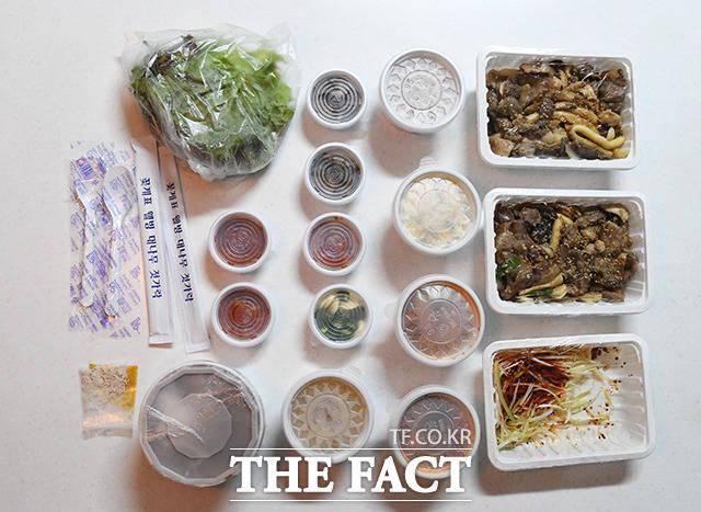 김 씨가 주문한 2인분의 음식에 사용된 많은 양의 플라스틱 용기들.