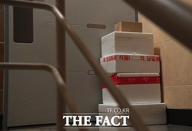 직장인 김영훈 씨 부부가 이틀 동안 먹을 육류를 주문한 뒤 집 앞에 배송된 상품들.
