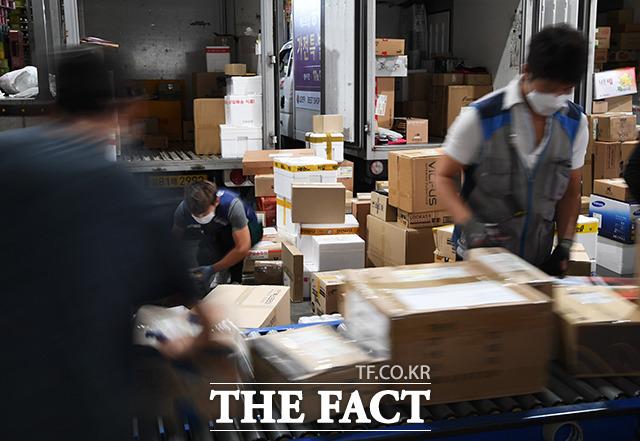 바쁘게 분류 작업 진행하는 배송업체 직원들.
