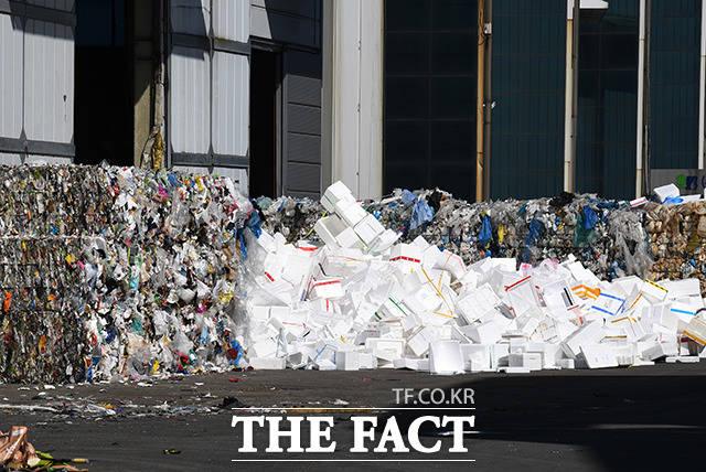 쌓여 있는 플라스틱 쓰레기와 스티로폼 박스들.