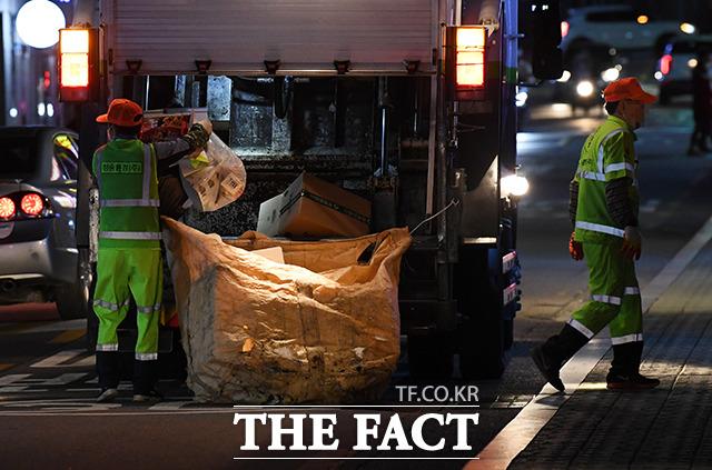 늦은밤 재활용 쓰레기를 수거하는 환경미화원들.