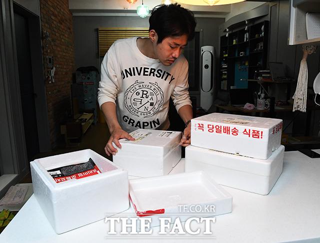 스티로폼 박스를 개봉하는 김 씨.