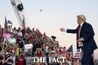 [TF사진관] '코로나19 면역 생겼다'...유세현장에서 마스크 던지는 트럼프 대통령