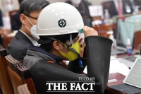 [TF포토] 국감장에서 안전모 쓰는 류호정 의원
