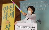 [TF사진관] '보건교사 안은영' 복장으로 1인 시위하는 심상정