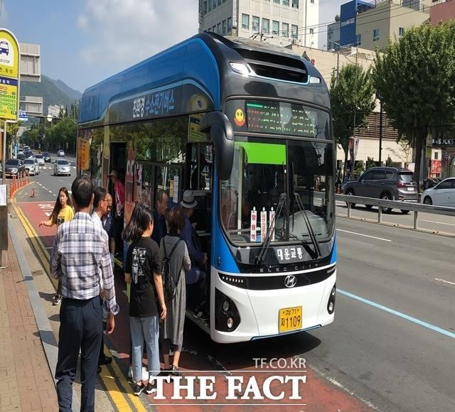 경남 창원시 시내를 달리는 수소버스를 이용하는 시민들. /창원시 제공