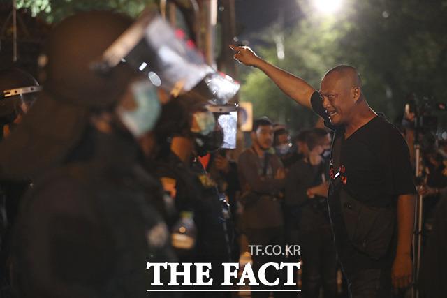 15일(현지시간) 태국 방콕에서 열린 반정부 시위 중 한 시위 남성이 경찰을 향해 소리치고 있다. /방콕=AP.뉴시스