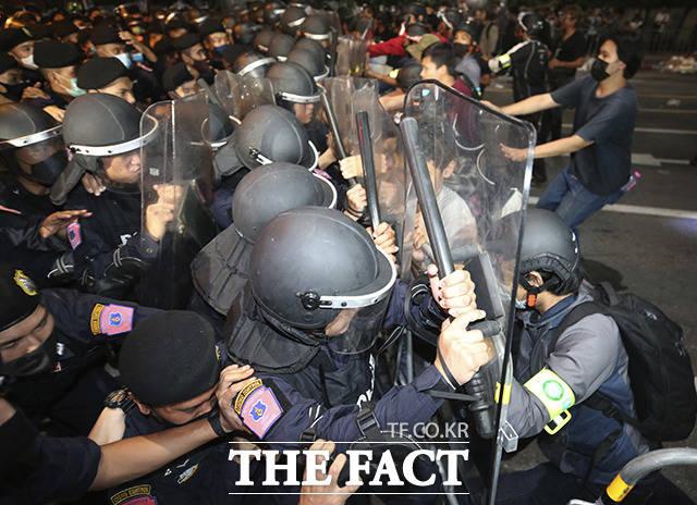 15일(현지시간) 태국 방콕에서 열린 반정부 시위 중 민주화 시위대가 경찰과 몸싸움을 벌이고 있다. /방콕=AP.뉴시스