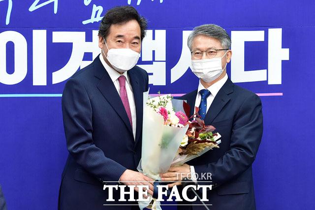 민형배 사회적경제위원장(오른쪽).