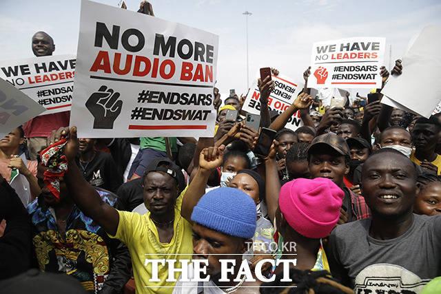 나이지리아 라고스에서 15일(현지시간) 경찰의 만행에 항의하는 시민들이 플래카드를 들고 시위를 벌이고 있다. /라고스=AP.뉴시스