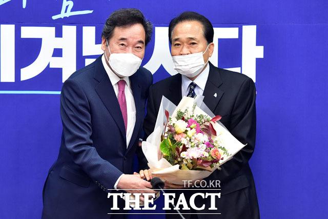 더불어민주당 이낙연 대표와 김손 전국노인위원장(오른쪽).