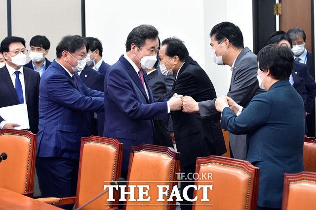 신임 전국위원장들과 인사를 하는 이낙연 대표(가운데)와 김태년 원내대표.