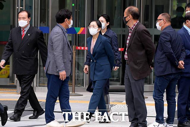 정치자금을 불법 수수한 혐의로 기소된 은수미 성남시장(가운데)이 16일 오후 경기도 수원시 영통구 수원고등법원에서 열린 파기환송심 선고공판을 마치고 법원을 나서고 있다. /수원=이선화 기자
