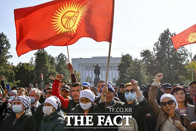 14일(현지시간) 키르기스스탄 수도 비슈케크의 정부청사 앞에서 사디르 좌파로프 총리의 연설을 기다리는 시위대가 국기를 흔들며 구호를 외치고 있다. /비슈케크=AP.뉴시스